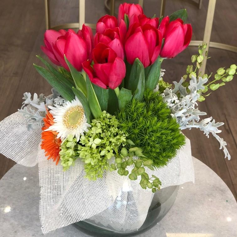 Pecera con tulipanes