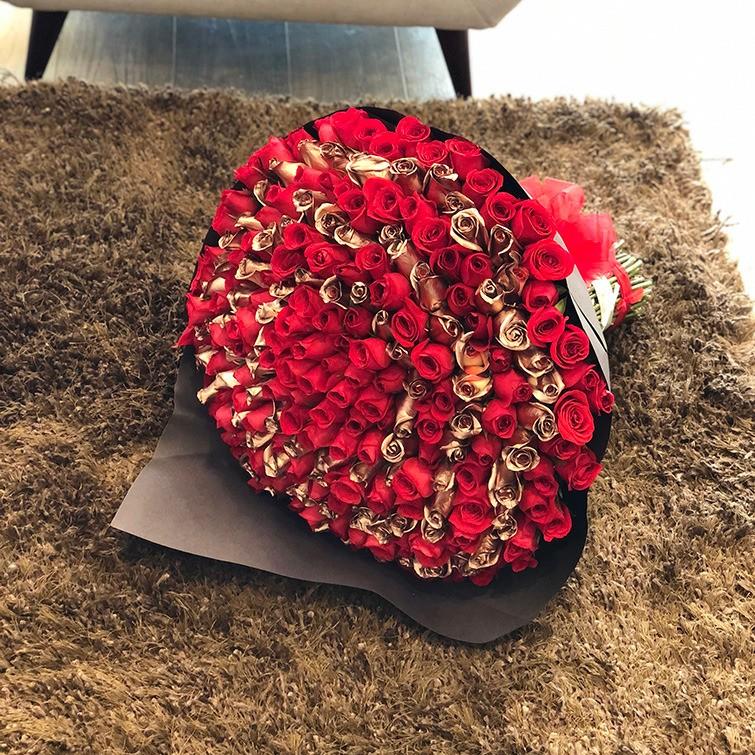 Ramo 220 rosas circular rojo & gold rose