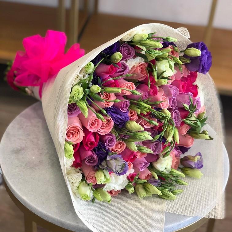 Ramo con rosas & lisianthus felicidades