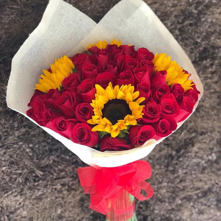 Ramo de 50 rosas amor y 4 girasoles