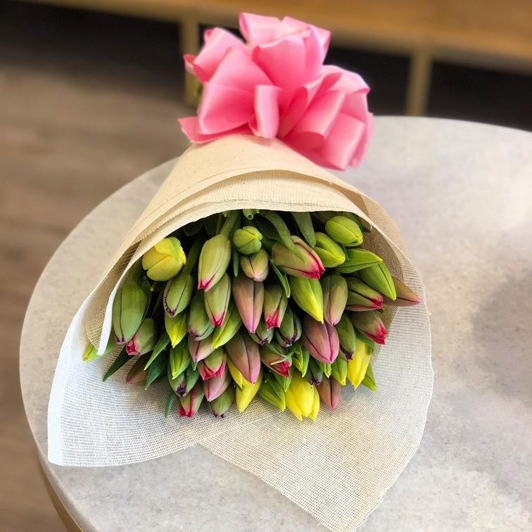 Ramo de 50 tulipanes cariño colores