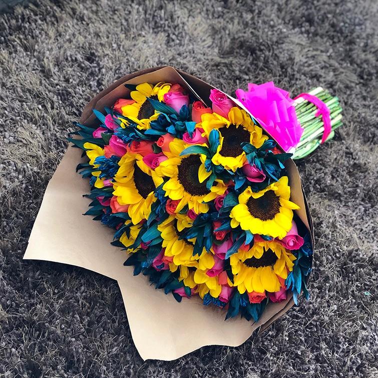 Ramo de girasoles, rosas y astromelias