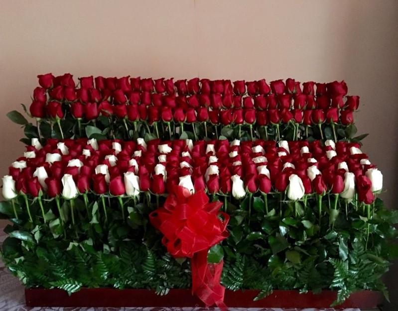 Arreglo de 275 rosas altas garden red & white