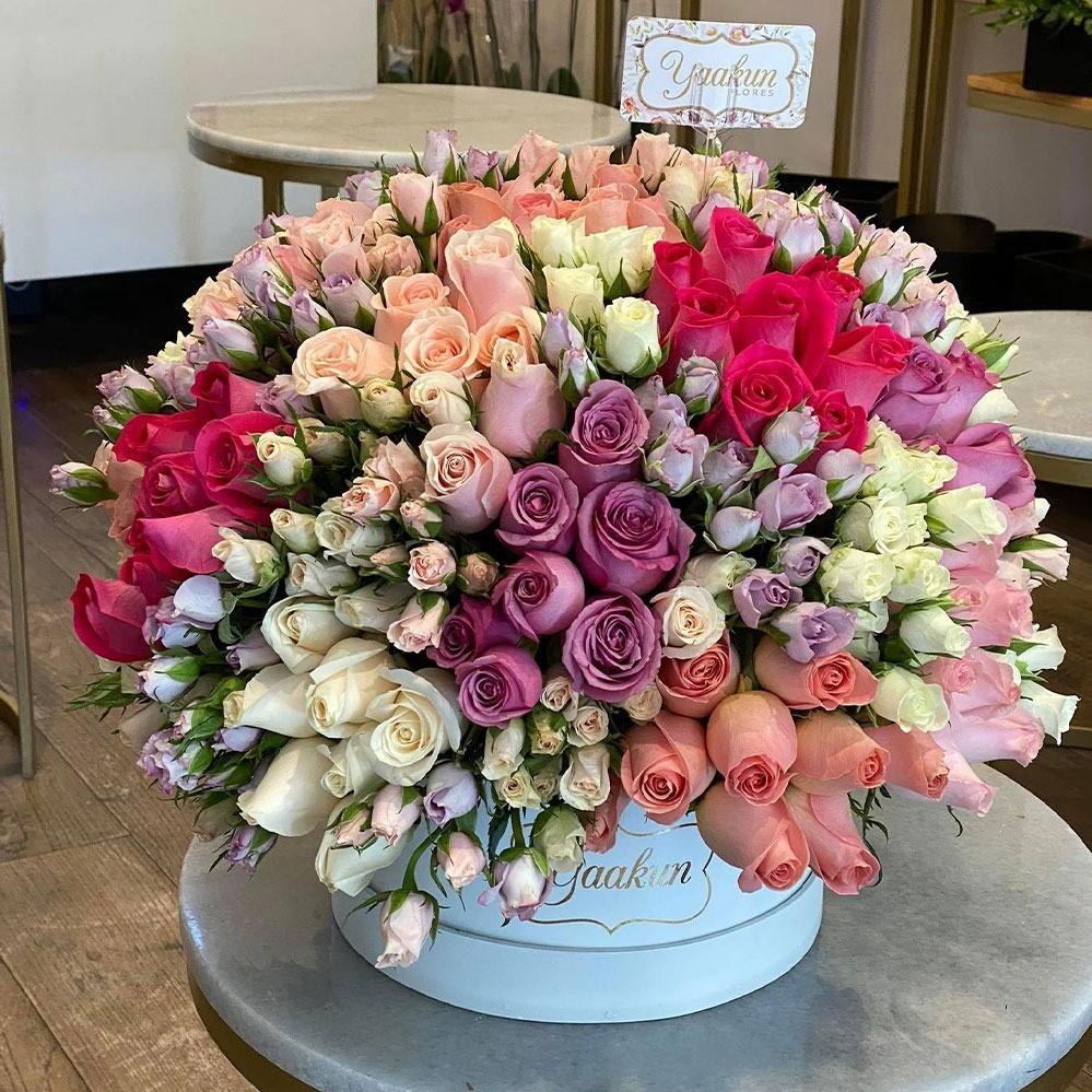 Rosas & baby rose en caja redonda mediana blanca amor tierno