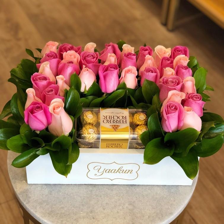 Rosas & chocolates en caja blanca yaakun ferrero