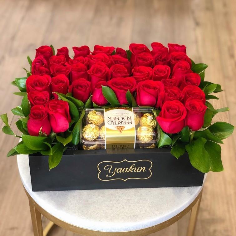 Rosas & chocolates en caja negra mini yaakun ferrero