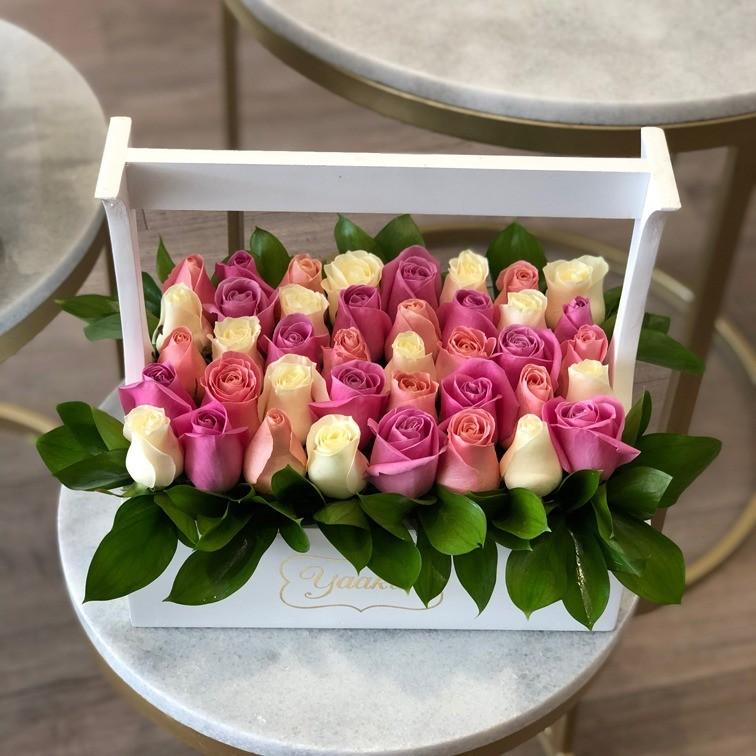 Rosas en caja tipo canasta jardinera yaakun colores