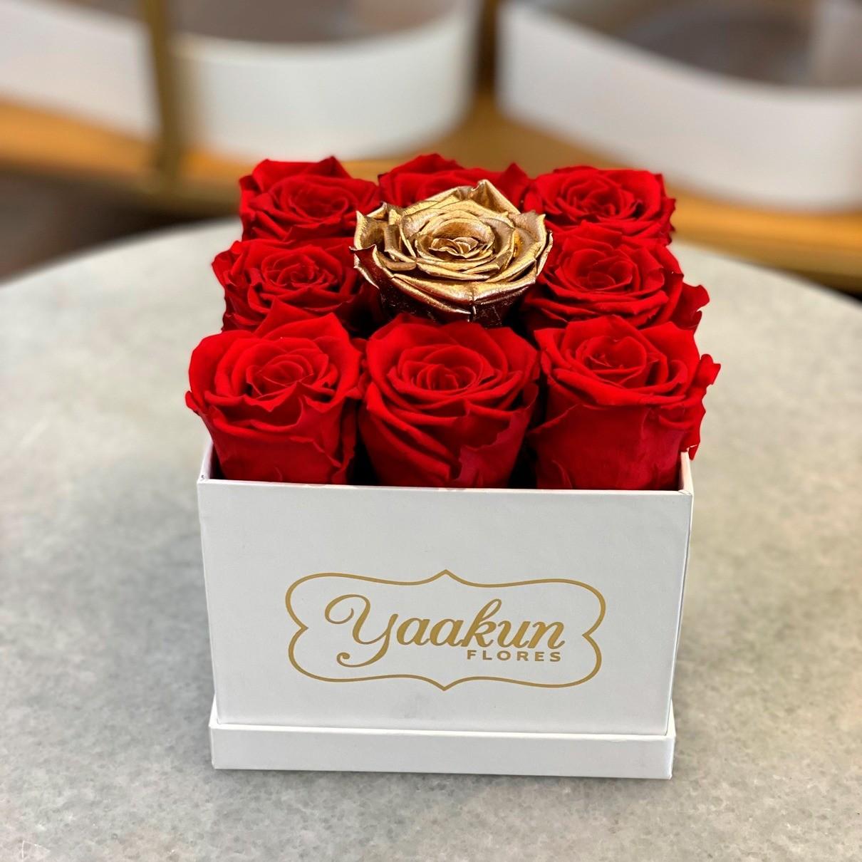 Rosas eternas en caja blanca chica cuadrada amor gold