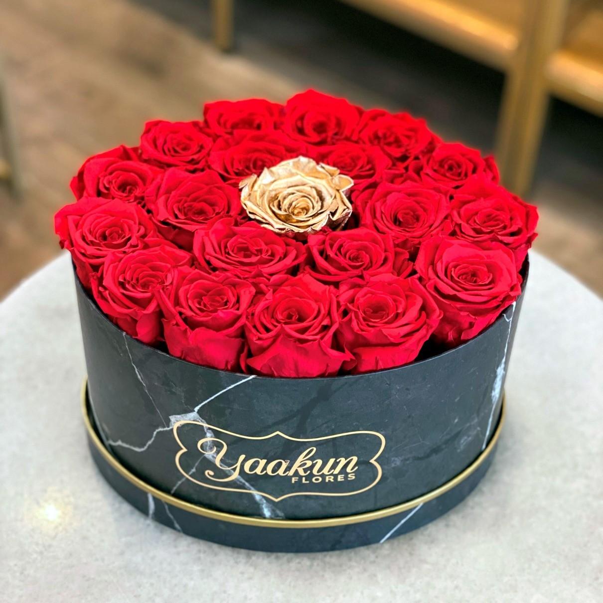 Rosas eternas en caja ovalada amor gold
