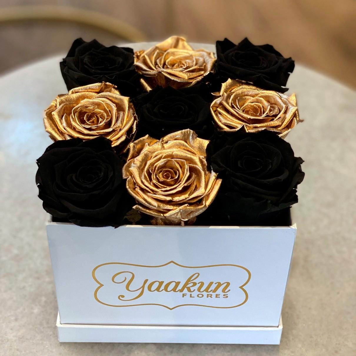 Rosas eternas en caja cuadrada chica gold & black