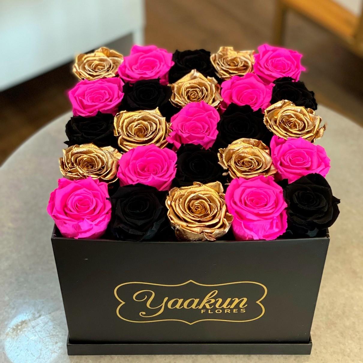 Rosas eternas en caja cuadrada diagonales fuchsia, black & gold