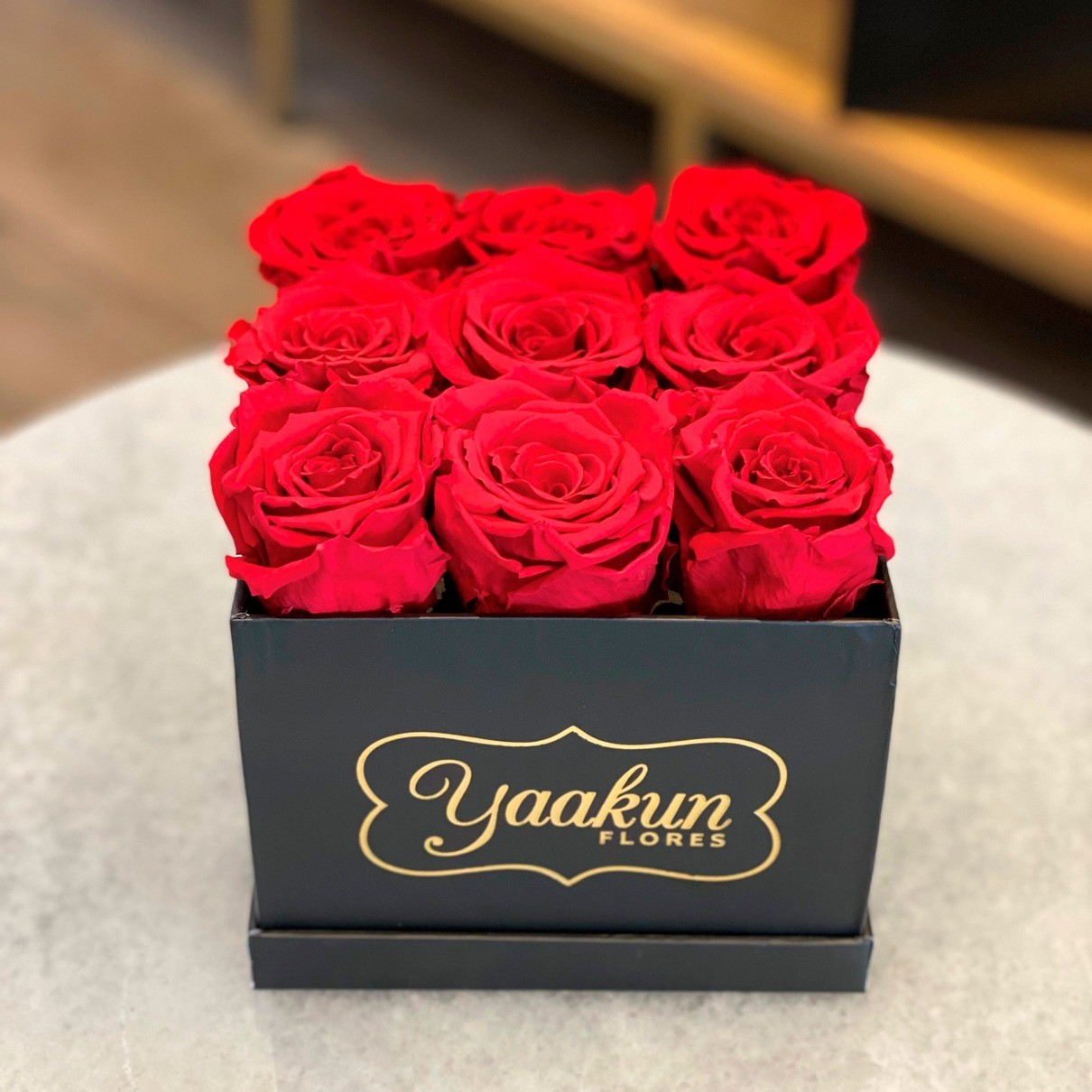Rosas eternas en caja cuadrada negra chica rosas rojas