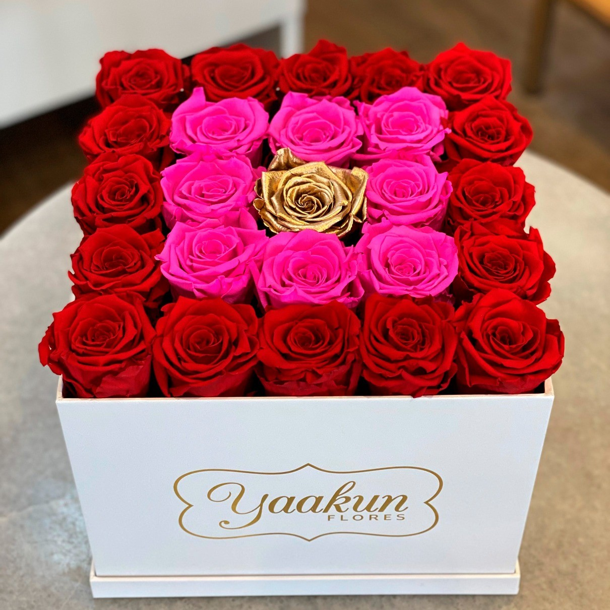 Rosas eternas en caja cuadrada red, fuchsia & gold