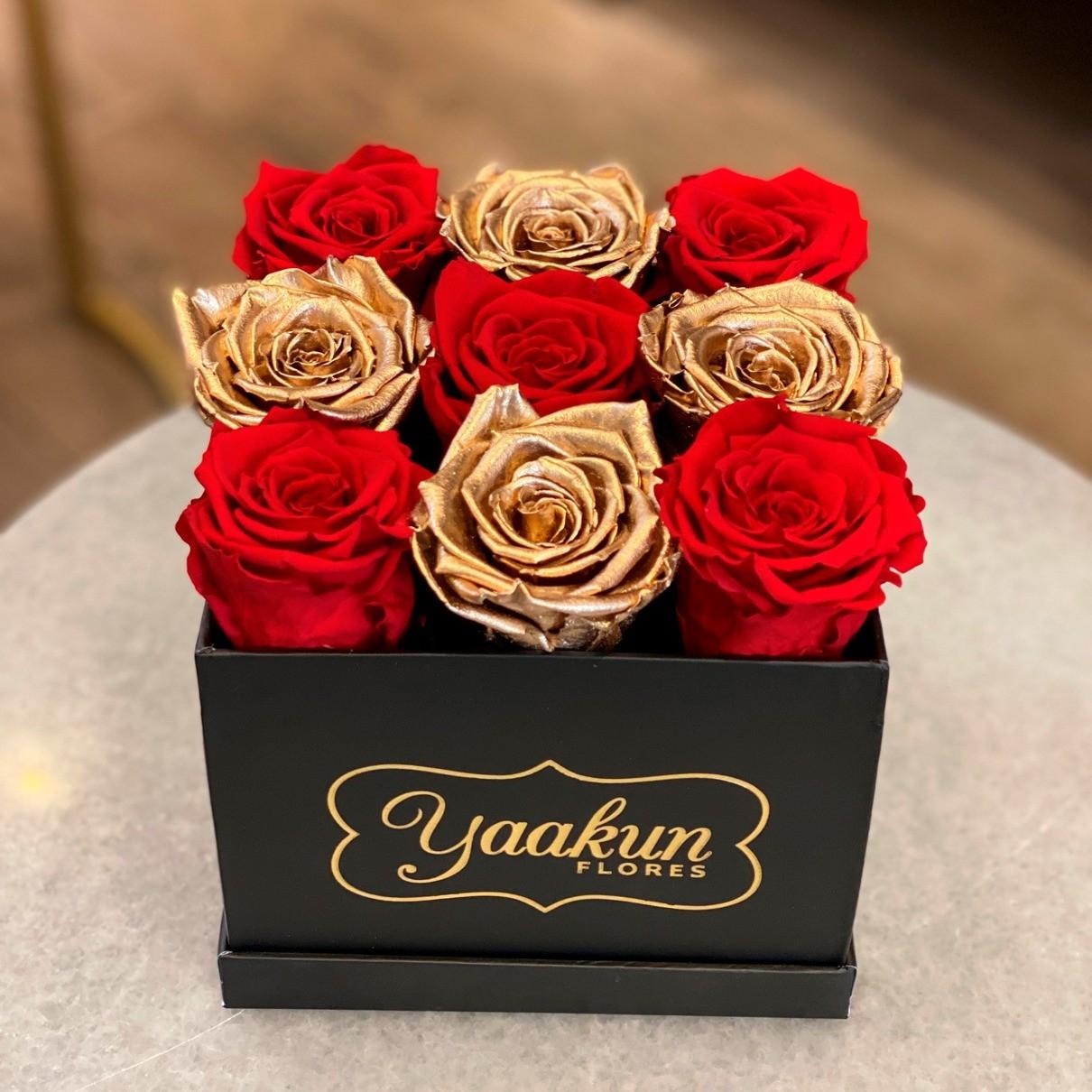Rosas eternas en caja cuadrara chica red & gold