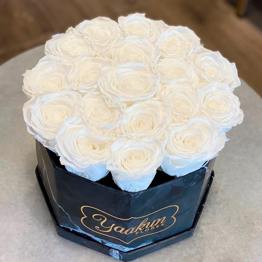 Rosas eternas en caja octagonal negra rosas blancas