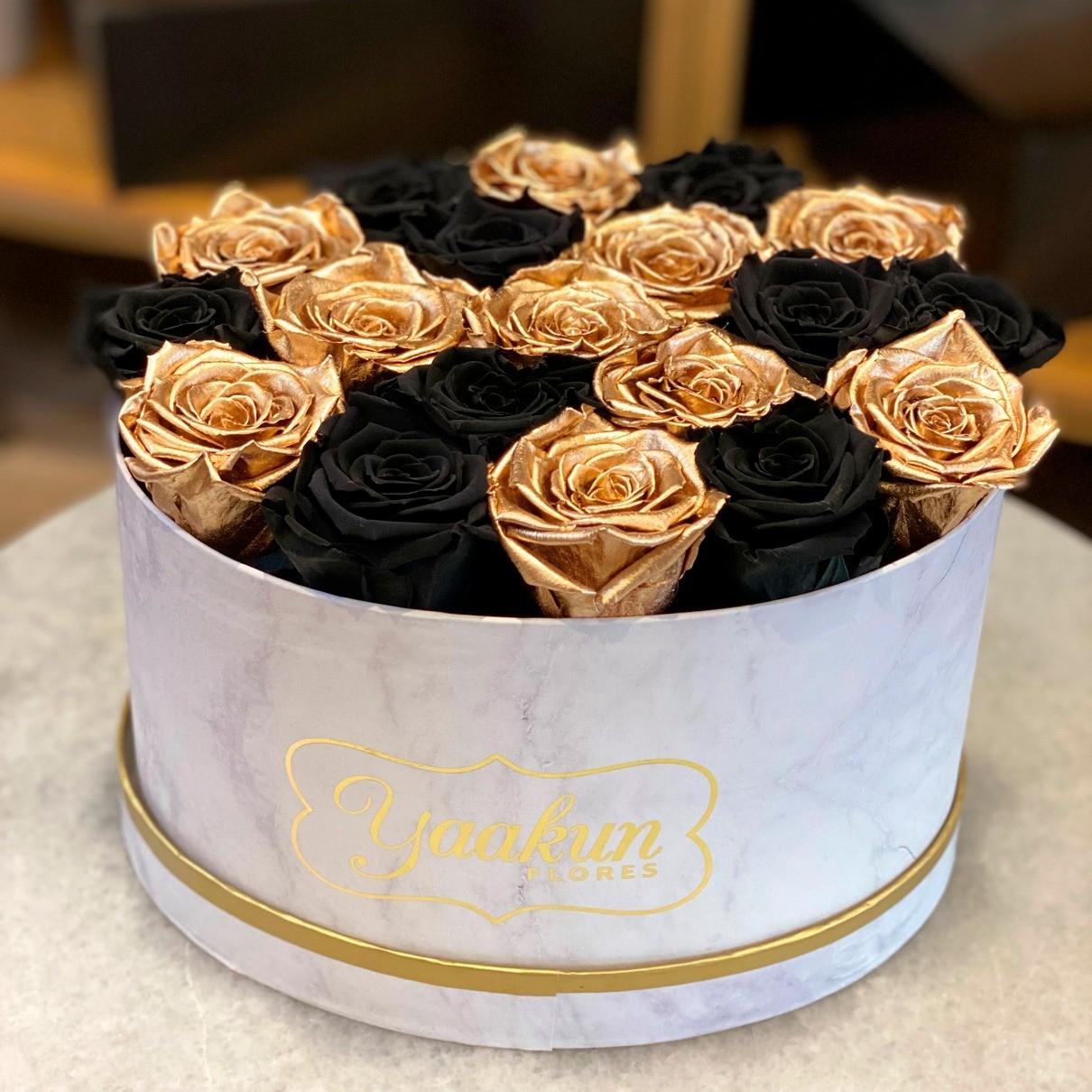 Rosas eternas en caja ovalada black & gold
