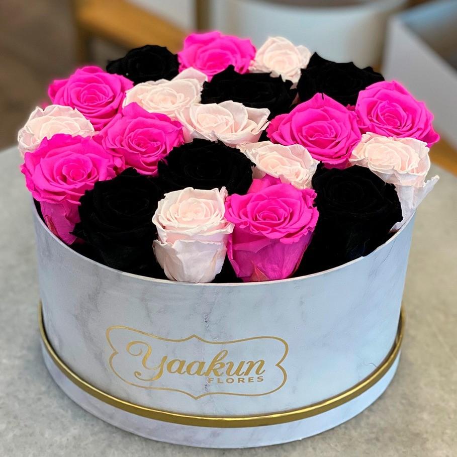 Rosas eternas en caja ovalada fuchsia, pink and black