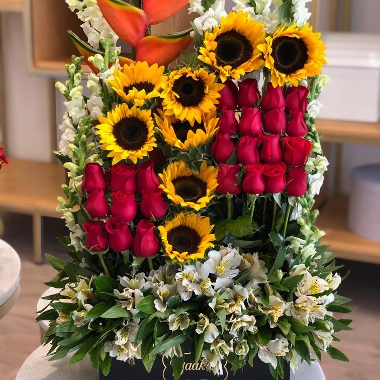 Rosas & girasoles en caja negra