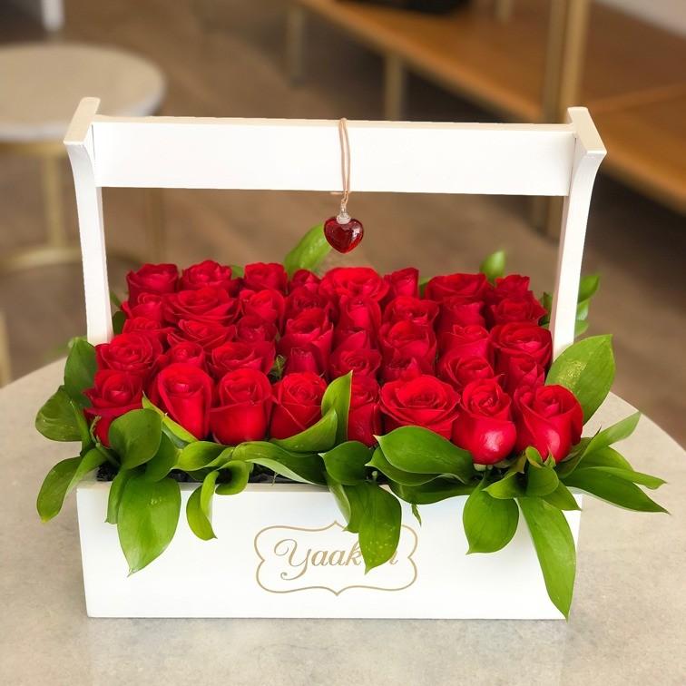 Rosas rojas en caja de tipo canasta jardinera yaakun amor