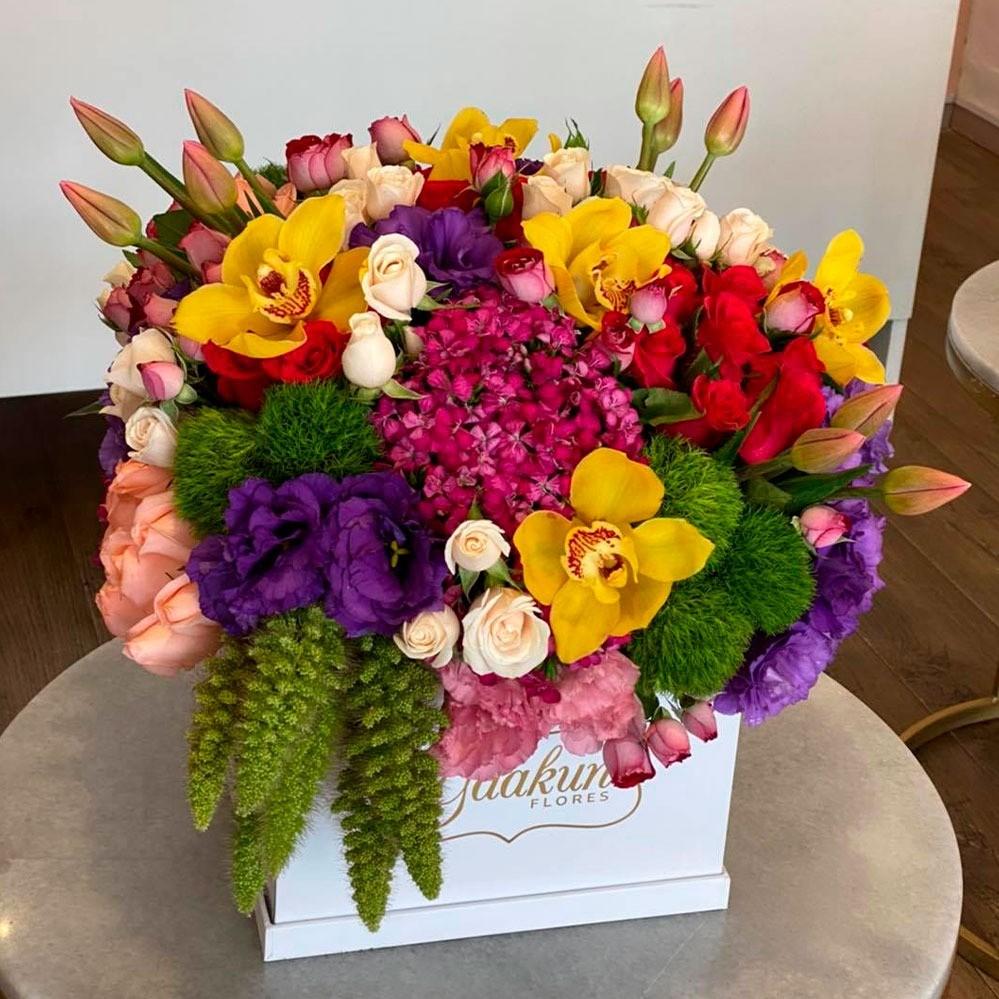 Rosas, tulipanes & lisianthus en caja blanca día colorido